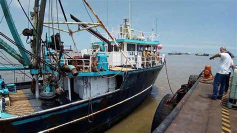 un barco que zarpa del callao zarpa barco con ayuda para damnificados de trujillo y chimbote