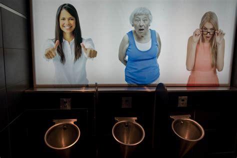 donne nel bagno foto donne nel bagno degli uomini la gigantografia ti