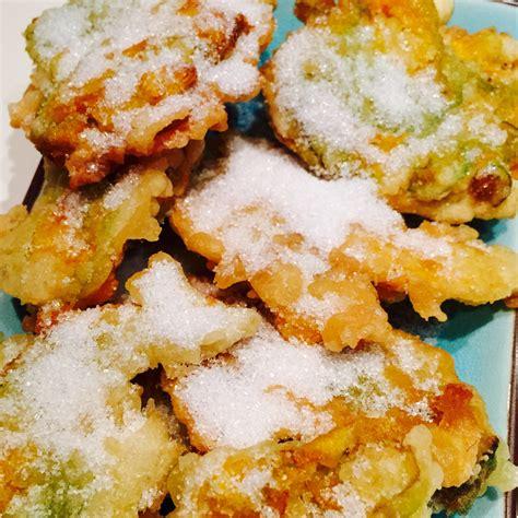 frittelle con fiori di zucca frittelle dolci di fiori di zucca sweet fried zucchini