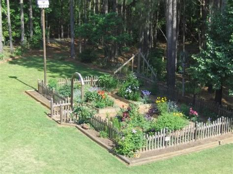 pickets extend  entrance arbor  plantings