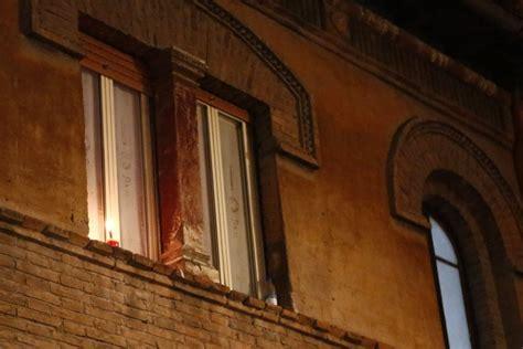 candele roma roma la protesta delle candele a trastevere contro i led