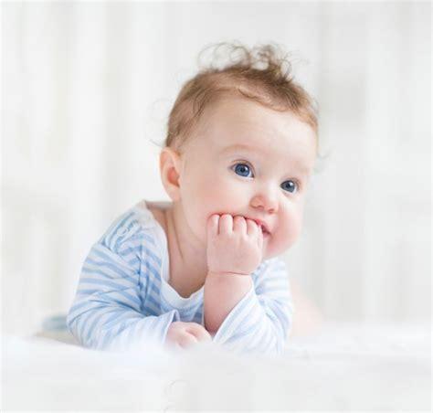 baby mit blauen augen
