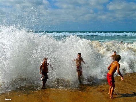 imagenes de niños jugando en la playa ni 241 os jugando con las olas fotos de mi localidad