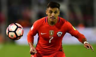 alexis sanchez daily mail alexis sanchez suffers injury scare during chile training