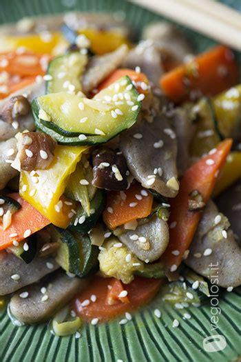 come cucinare gli spaghetti di riso cinesi gnocchi di riso cinesi con verdure shiitake e mandorle