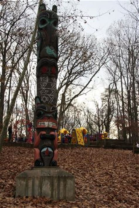 the totem pole that greets visitors picture of cabin