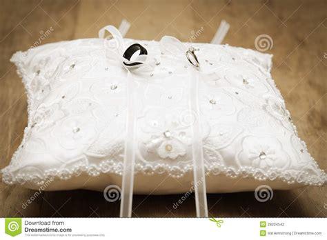 cuscino x fedi nuziali fedi nuziali legate sul cuscino fotografia stock
