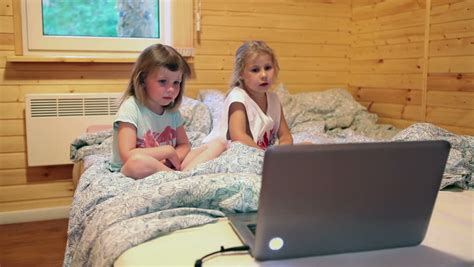 watching tv before bed two five years old girls watching cartoons before going to
