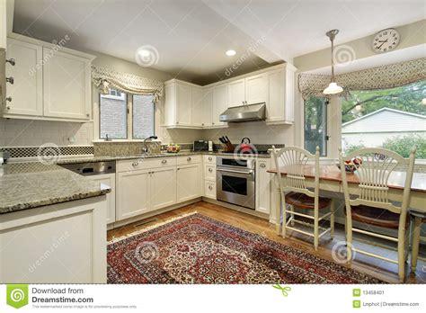 cucinare con la cucina con la finestra panoramica immagine stock