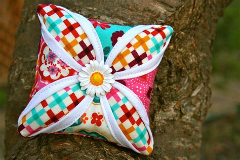 Cathedral Window Patchwork Pincushion - cathedral window pincushion 171 moda bake shop