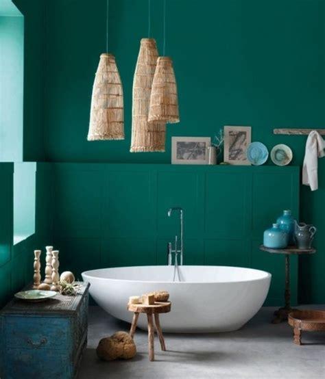 Formidable Meubles Salle De Bain Bois Exotique #5: 7formidable-idée-salle-de-bain-vert-foncé-baignoire-à-poser-éléments-décoratifs-au-goût-retro-e1472813961448.jpg