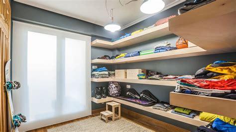 vestidor en habitacion convertir habitaci 243 n en vestidor con baldas decogarden