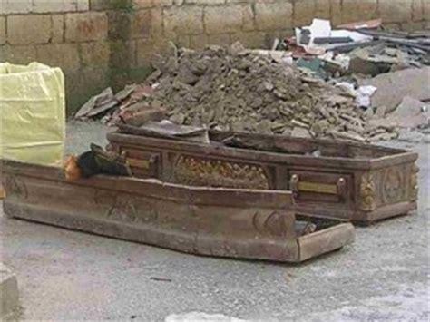cimitero prima porta come trovare un defunto foto con il cadavere mummificato becchino finisce nei guai