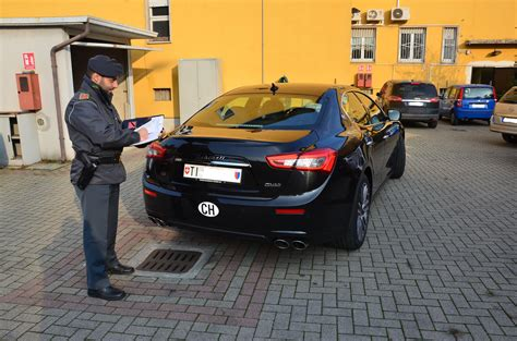 ufficio doganale italia italiano fermato alla guida di auto con targa straniera