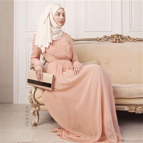 Dress Muslim Inayah pleated gown white inayah www