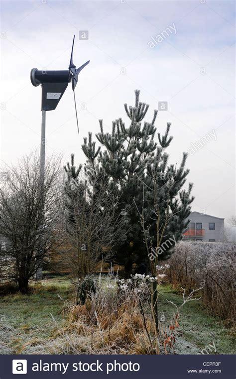 windkraftanlage garten cottage garden winter stockfotos cottage garden winter