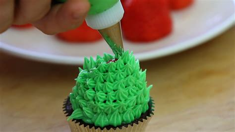 christmas tree cupcakes with chocolate and strawberries