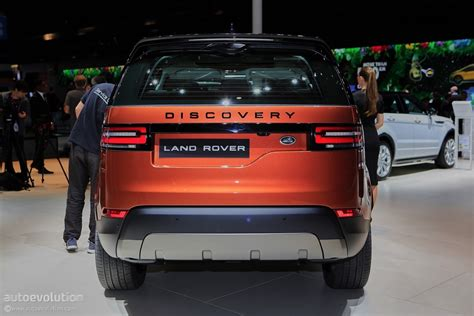 land rover discovery suv 2017 land rover discovery presented in paris as the brand