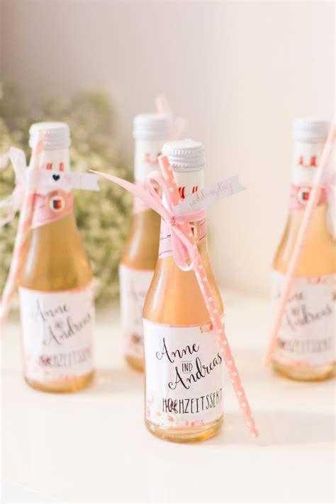 Kleine Hochzeit by Kleine Sektflaschen Die Mit Einem H 252 Bschen Strohhalm Und