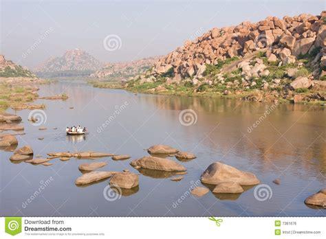 roeiboot zon ouderwetse roeiboot die rivier kruist stock foto