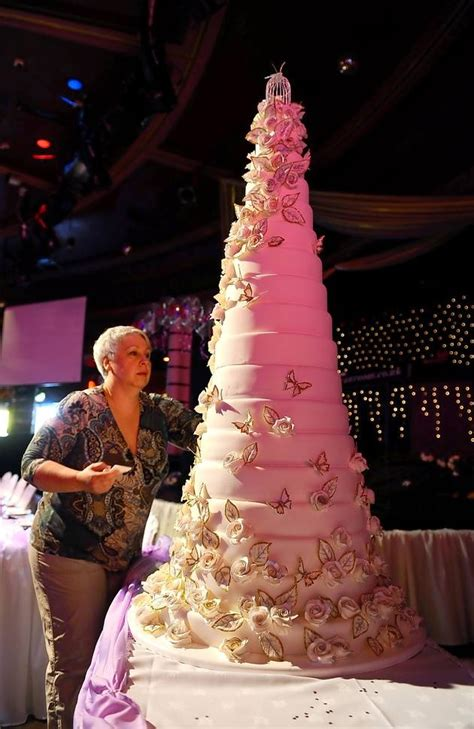 giant wedding cakes giant 18 tier wedding cake pictures james bass news