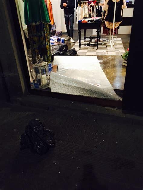 negozio di ladari altra spaccata in un negozio di abbigliamento i ladri
