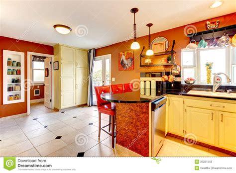 Pictures Of Yellow Kitchens - stanza accogliente della cucina di colori caldi fotografie stock immagine 37221543