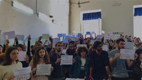 universit 224 protesta a napoli quot basta lezioni seduti a
