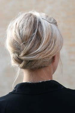 hair on nape of neck looks messy when hair is in a pony tail długie włosy upięcie podwijany warkocz