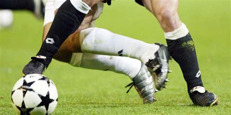 Sepatu Bola Pemain Eropa tak terima ditekel pemain ini lempar sepatu ke arah lawan