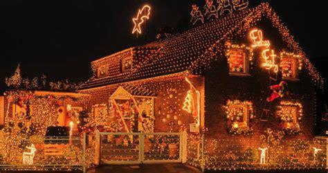 weihnachtsdeko aussen usa weihnachtsdeko am mietshaus besinnlicher lichterglanz als
