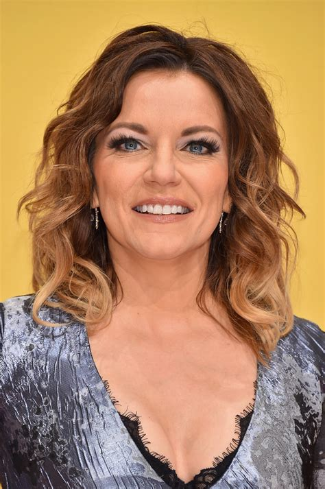 martina mcbride medium wavy cut martina mcbride looks