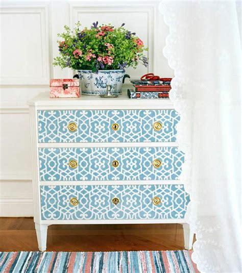 Délicieux Vernis Blanc Pour Meuble #7: 1-comment-decorer-les-vieux-meubles-relooker-un-meuble-en-bois-avec-decoration-blanc-bleu.jpg