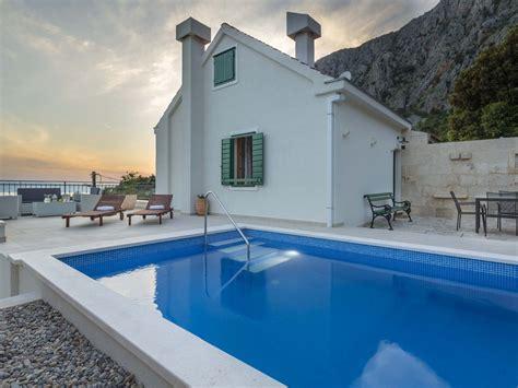 ferienhaus mely mit pool terrasse grillplatz mitten im