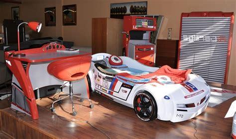 chambre voiture le lit voiture pour la chambre de votre enfant archzine fr