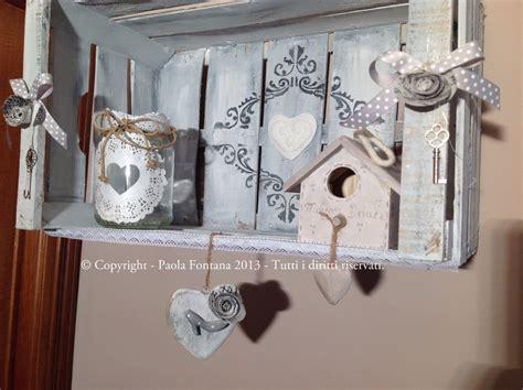 mensole shabby chic mensola shabby con cassetta cuori in legno maison des