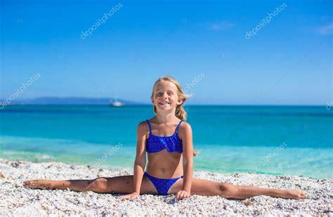 Adorable Kleines M Dchen Machen Bein Split Am Tropischen