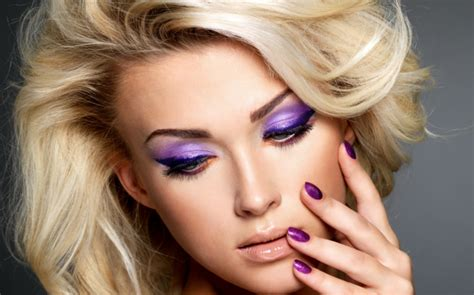 schminktipps fuer augen  trendiger violett farbe