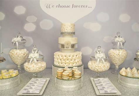 Una mesa de dulces plateada para una boda ¡Inspiración
