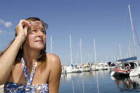 mujer madura se calienta con un tetraplejico en su cama mujer madura hermosa del retrato en puerto del yate imagen