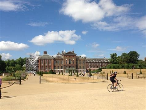 kensington palace twitter not 237 cias de famosos rainha elizabeth faz visita rel 226 mpago