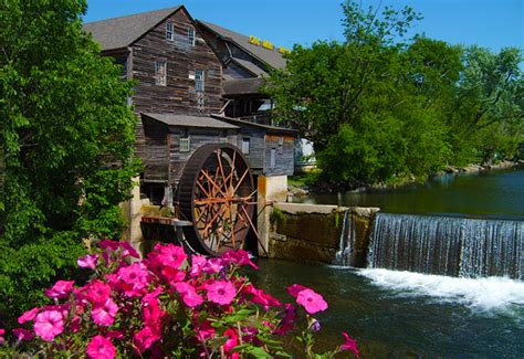 Cabins To Stay In Gatlinburg Tn Pigeon Forge Or Gatlinburg Where To Stay In The Smokies