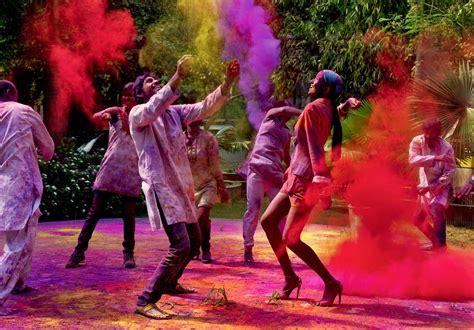 holi wallpaper girl and boy boys and girls celebrating holi festival images hd