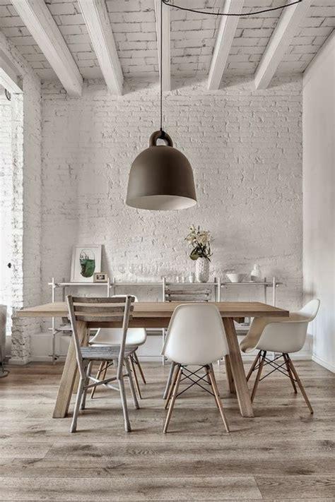 Charmant Chaise Pliante Plastique #8: Jolie-table-%C3%A0-manger-design-en-bois-chaises-en-plastique-beige-autour-de-la-table.jpg