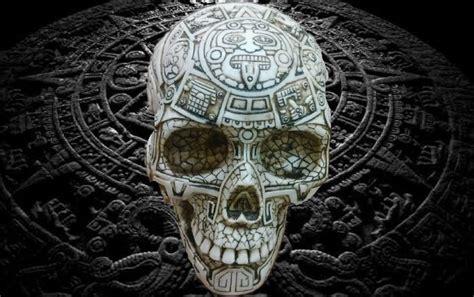 imagenes de grabados mayas craneo de hueso de la cultura maya totalmente grabado