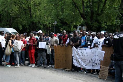 questura di modena rinnovo permesso di soggiorno migranti in corteo bloccano i viali quot siamo trattati