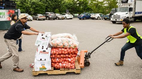 island cares holds farmers market for food pantries