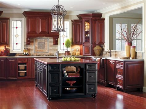 masterbrand kitchen cabinets this warm traditional look is perfectly complemented with