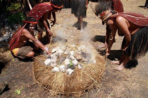 Paling Laris Bakar Batu orang papua punya cara memasak yang paling sehat