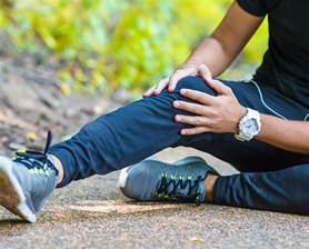 schmerzen im knie im liegen schmerzen im knie ursachen erkennen gelenktipps gelencium